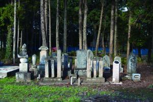 武井泰平寺境内にある官軍の墓