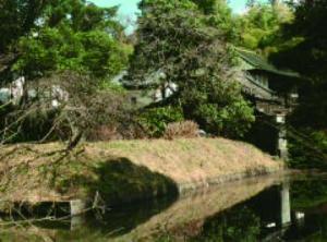 『堀囲いの民家』の画像
