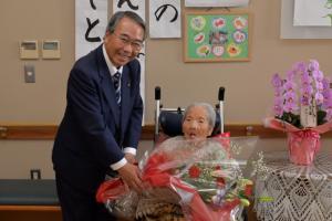 20170712(100歳祝い)岡田富子さん (640x427)